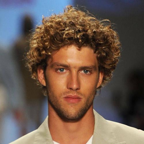 Alle ragazze piacciono i ragazzi ricci. Eleganti tagli di capelli ... 4ba3a253bc28