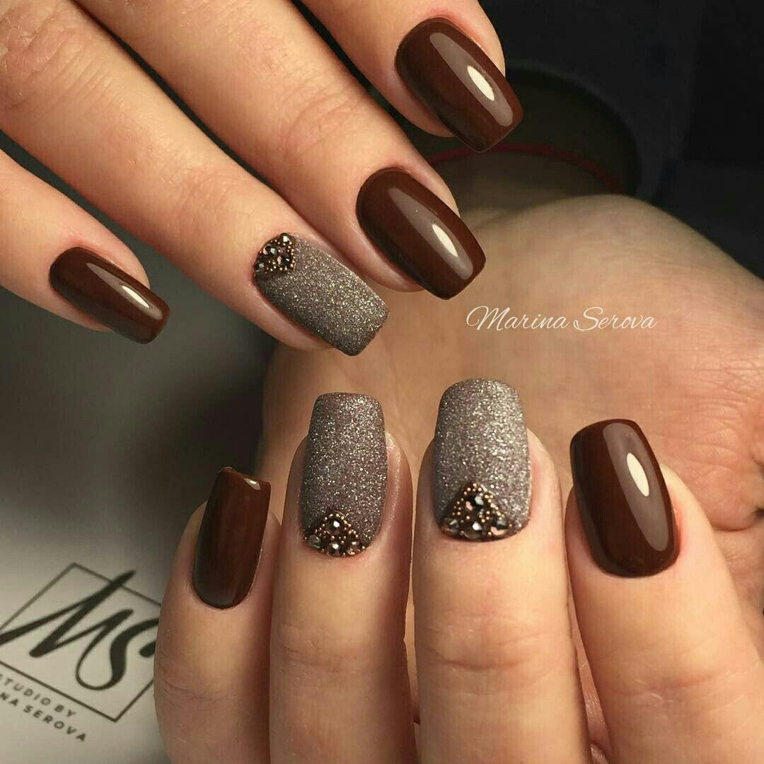 Color negro en uñas cortas. Diseñe las uñas con lentejuelas en las ...