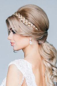 Gaya rambut modern pada rambut keriting tebal. Bang pada rambut ... bca72b5363
