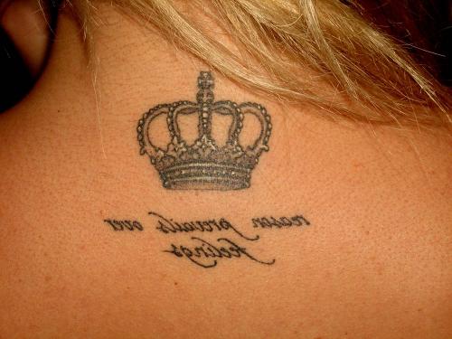 Tatúe La Corona En El Cuello El Valor De Un Tatuaje En Forma De Corona