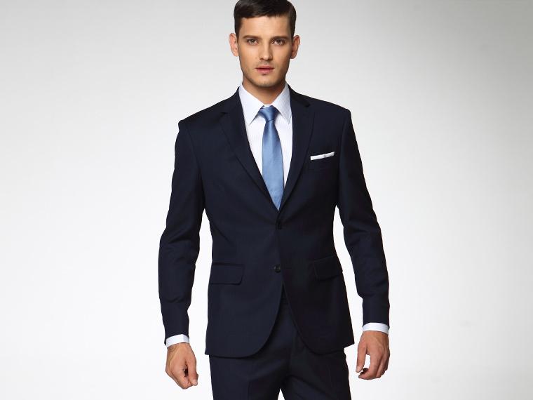Cravatta blu su abito blu